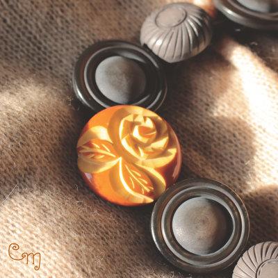 Collana corta con bottoni intagliati - C.8.2016