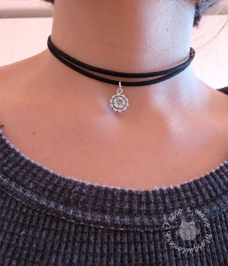 Collana girocollo CHOKER con pendente fiore in pelle scamosciata collarino