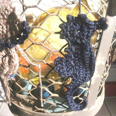 Cavalluccio marino fatto a mano lavorato ad uncinetto con filato in cotone turchese da utilizzarsi come applicazioni su oggetti arredo o tessuti