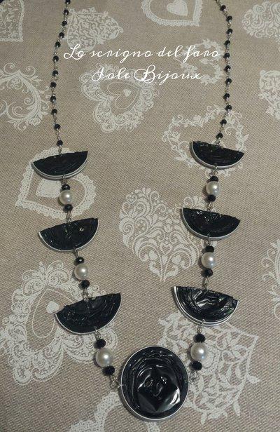 Collana con cialde caffè riciclate nere e perle bianche