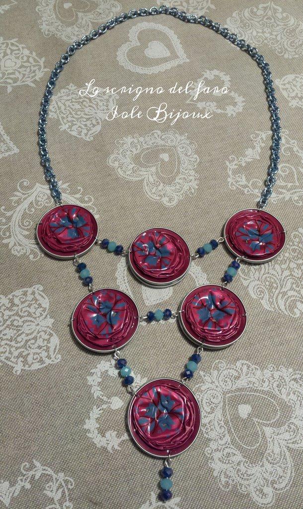 Collana con cialde caffè riciclate fucsia e cristalli blu