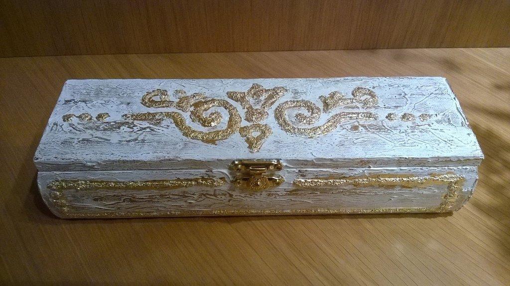Scatola in legno decorata a mano con stucco e foglia oro. Cofanetto portagioie. Cofanetto portapenne.