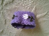 BRACCIALE lilla in maglia,a fascia (polsino).Lana.Fiore ricamato.Chiusura con bottoncini.Smerlo all'uncinetto.Romantico Accessorio primaverile.