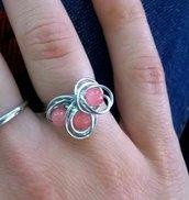 Anello con pietre dure rosa realizzato con tecnica wire