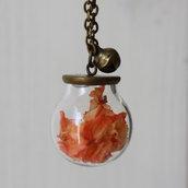 Collana lunga con sfera di vetro e fiori