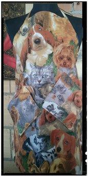 Grembiule 50% Cotone 50% Polyestere con tanti cagnolini e gattini con due presine coordinate. Tutto rigorosamente made in Itay