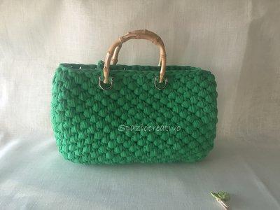 borsa a mano verde prato in fettuccia lavorata ad uncinetto  con  manici in bamboo