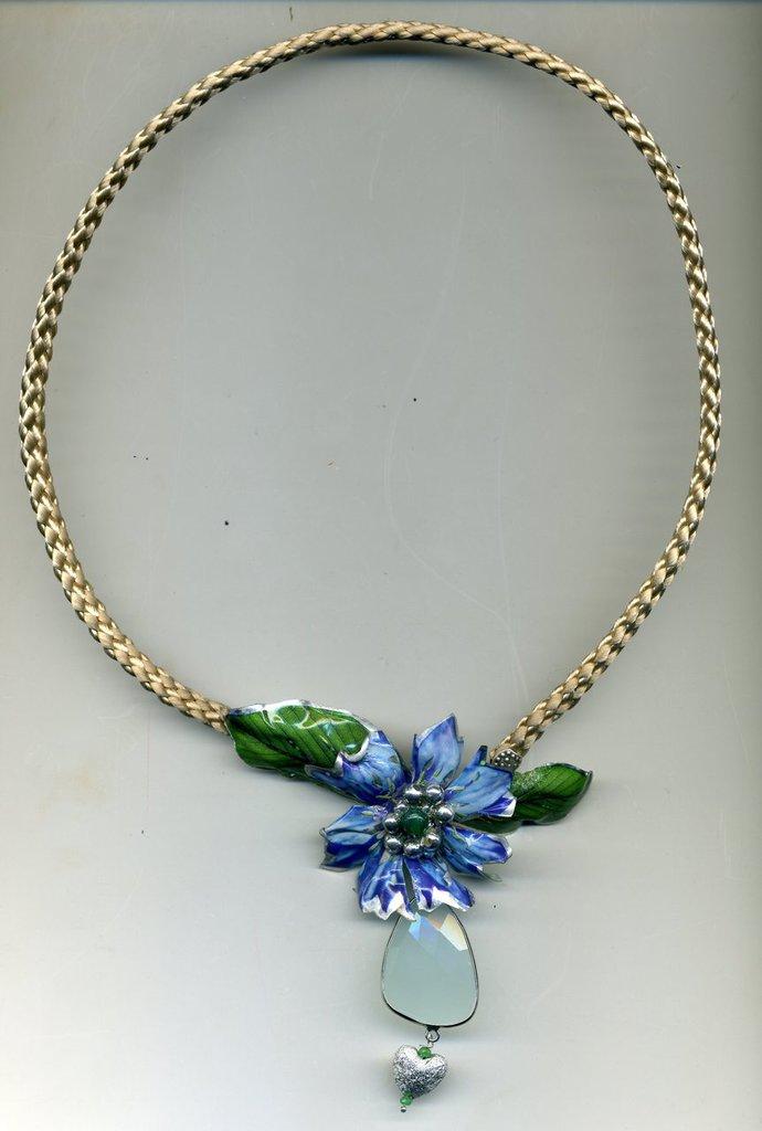 SPILLA PENDENTE  con fiordaliso azzurro e foglie in sospeso trasparente