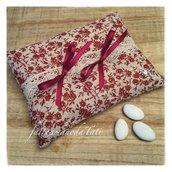 Cuscino per fedi in lino tinta naturale a roselline rosso bordò con pizzo e nastri in raso bordò