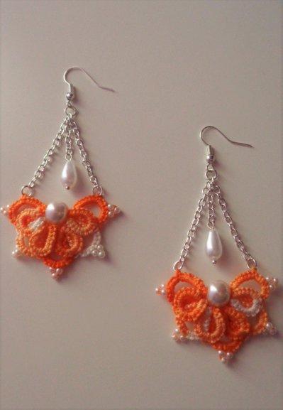 Orecchini arancione sfumato fatti al chiacchierino, con perle, tecnica Ankars