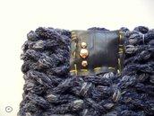 SPEDIZIONE GRATUITA - Scaldacollo Millecolli Blu striato in lana con borchie argentate tonde e inserto con cuciture Senape.