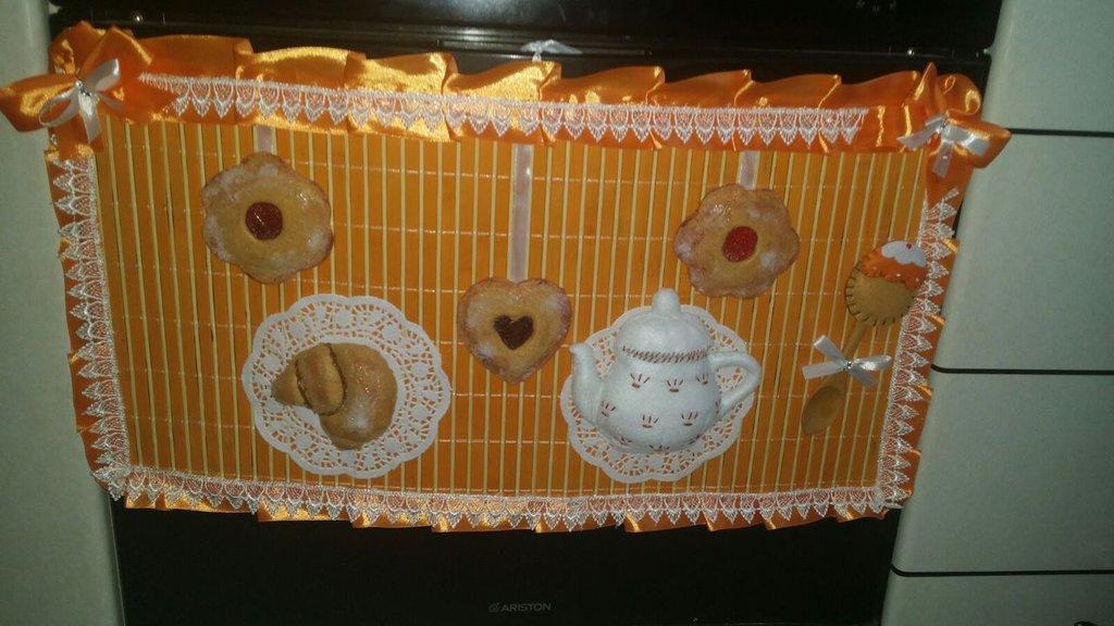 Copriforno arancione con set colazione