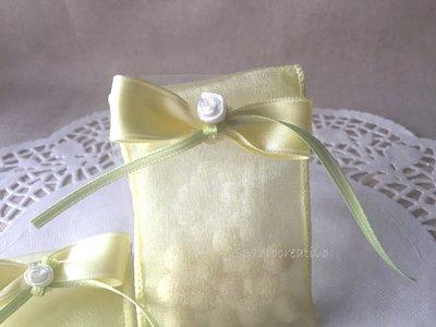Sacchetto segnaposto in chiffon giallo limone con fiocco e mini rosellina di raso