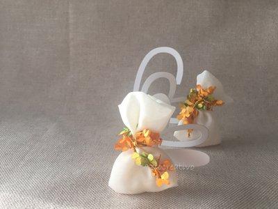 Sacchetto mignon in chiffon avori chiuso con filo animato di fiorellini arancio e verdi