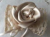 Portaconfetti a farfalla con merletto ecrù con rosa spillo in raso