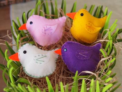 Set:4 Pulcini in feltro(rosa,giallo,bianco,viola).Ricamati.Decorazioni di Pasqua.Centrotavola,segnaposto.Gioco.E' primavera!