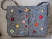BORSA shopping in feltro grigio.Decorazione in fiori (uncinetto),farfalla,perle e coccinelle in legno.Accessorio primaverile.Pasqua 2016