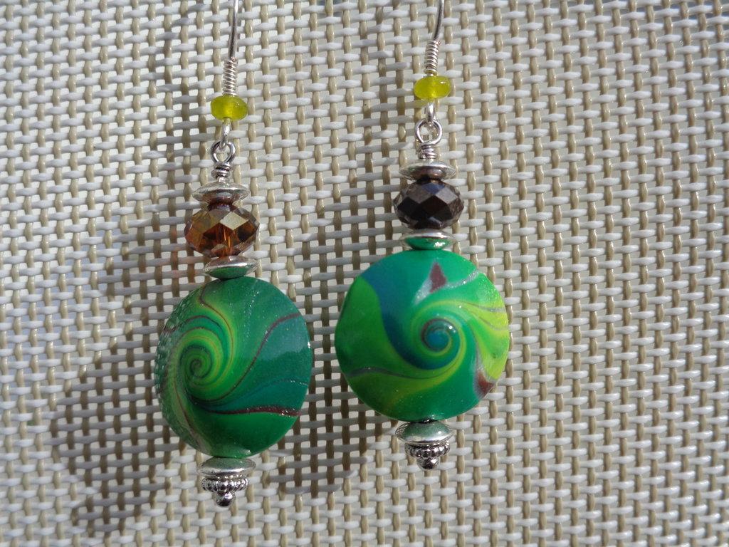 Pendenti in pasta polimerica con perla swirl sui toni del verde