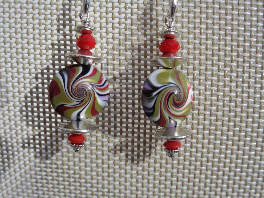 Orecchini pendenti in pasta polimerica con swirl rosso-verde-bianco