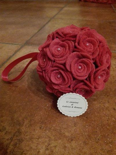 Sfera con rose in feltro