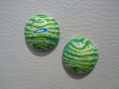 Coppia di cabochon in pasta polimerica striato giallo-verde-blu