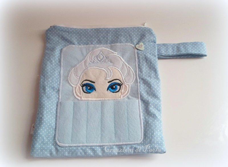 Astuccio con porta pastelli esterno e ricamo di Elsa