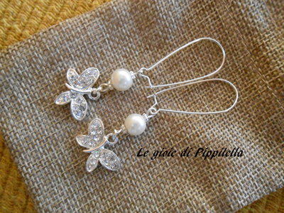 Orecchini pendenti con perla e farfalla di strass, idea regalo.