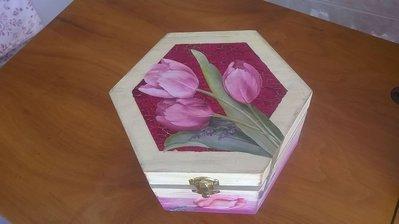 Scatola esagonale in legno decorata a decoupage.