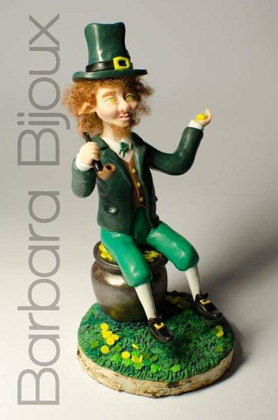 Scultura del folletto irlandese (Leprechaun) realizzato a mano in pasta polimerica.