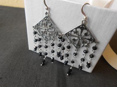 Orecchini pendenti fatti a mano con motivo a rombo e cristalli neri, idea regalo.