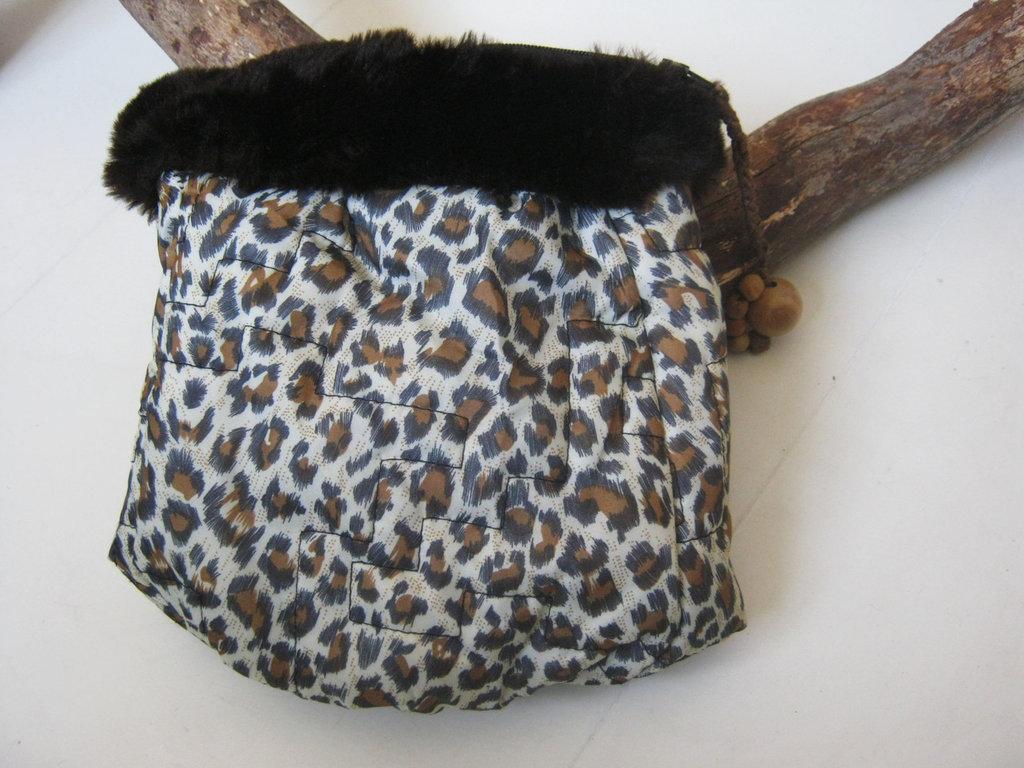 Pochette maculata bordo pelliccetta ecologica tessuto impermeabile