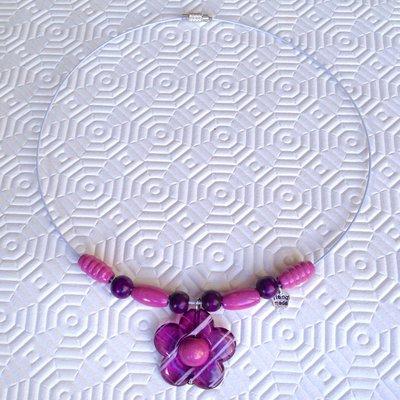 Collana girocollo semirigida con perline di legno viola e rosa e ciondolo a fiore, fatta a mano