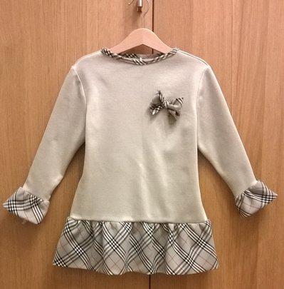 Abito bambina in maglia taglio aderente con gonna scozzese e rouches sulle maniche a tre quarti.