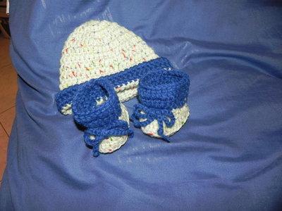 Scarpine e cappellino per neonato realizzati  ad uncinetto