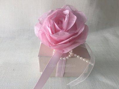 Scatolina quadrata in cartone rigido panna con rosa e fiocco in perle