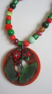 Collana perline toni rosso-verde e pendente in legno di cocco con applicazioni di vetro e strass