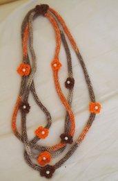 Collana in maglia tubolare.3 FILI.(lana-seta-cotone)Screziata:beige /marrone/arancione.9 Fiori a crochet con perle centrali.Accessorio di charme