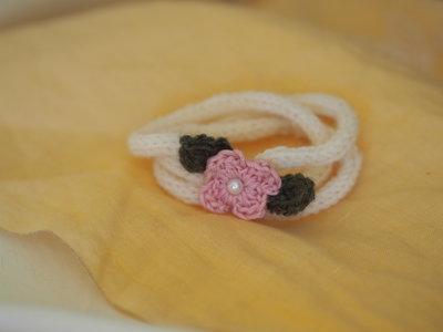 Bracciale in lana tubolare.3 fili color crema.Fiore centrale rosa,con foglie (uncinetto) e perla