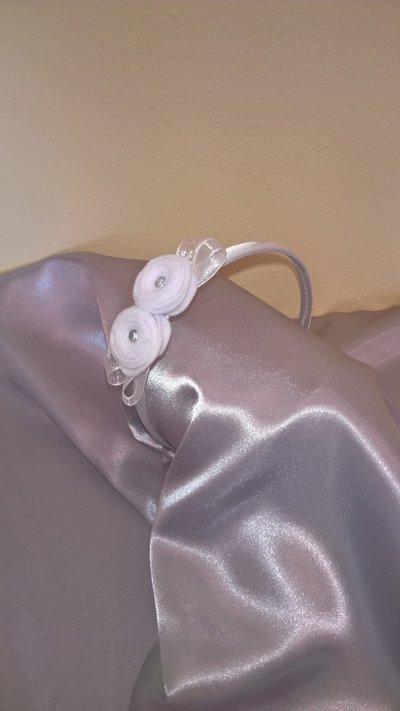Cerchietto per capelli in raso bianco decorato con roselline.