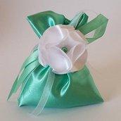 Sacchetto bomboniera con fiore di raso fatto a mano