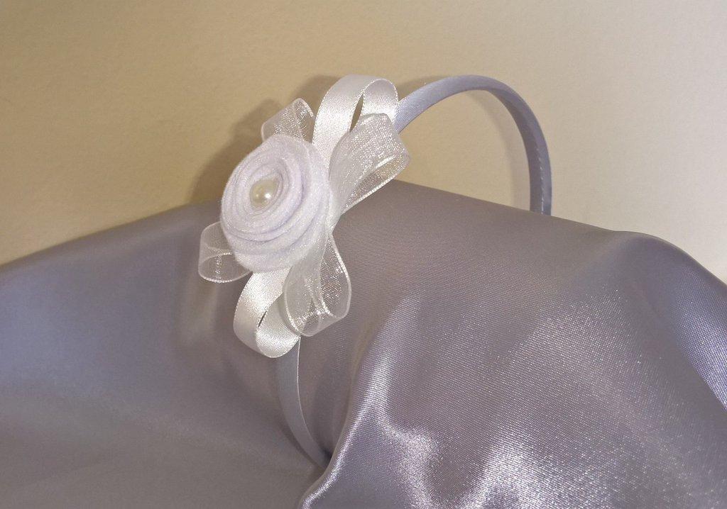 Cerchietto per capelli bianco decorato con romantico fiore in feltro e nastri.
