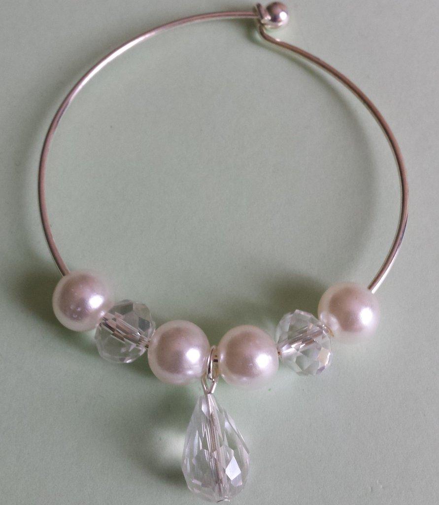 Bracciale metallo con cristalli e perle bianche