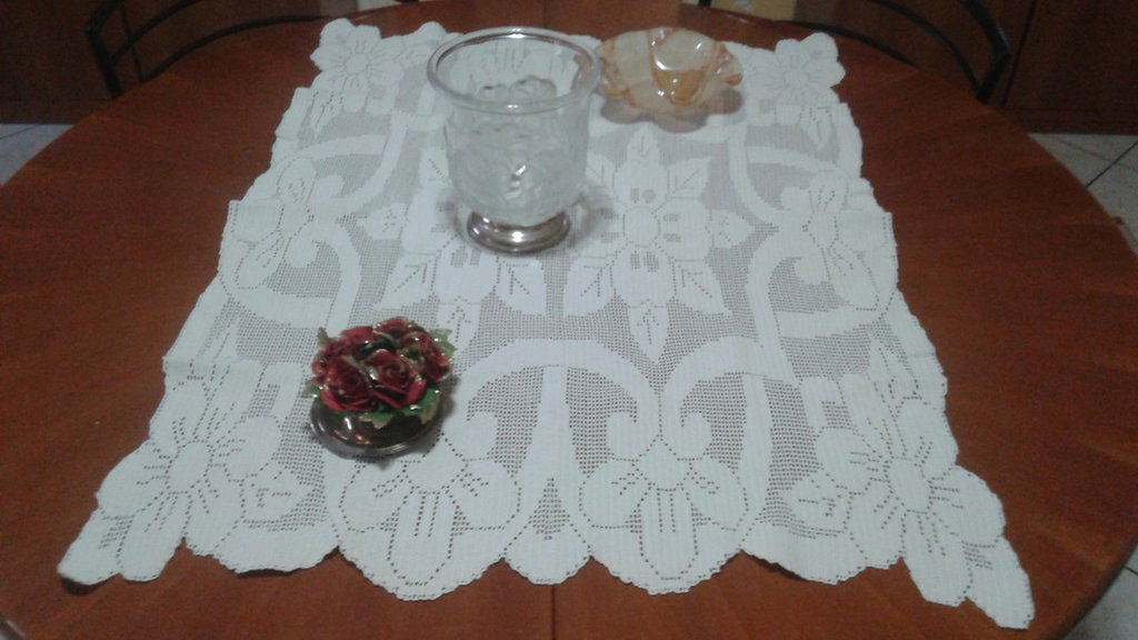 Centrotavola filet con fiori grandi panna