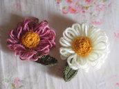 FIORI in lana a TELAIO.2 pezzi.Rosa antico e bianco.2 Grandi margherite con parte centrale lavorata all'uncinetto (color senape).SPILLE.Decorazioni