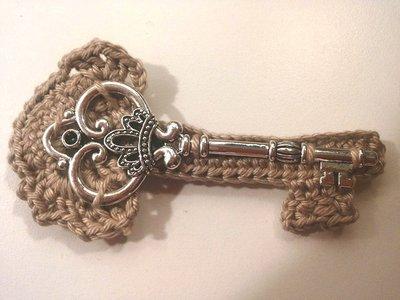 Spilla fatta a mano con chiave vintage applicata su chiave lavorata ad uncinetto con filato di cotone grigio tortora