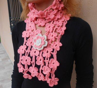 Sciarpina Pinkflowers e rosa con spilla, realizzata in misto lana.