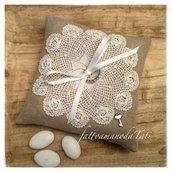 Cuscino per fedi quadrato in lino ecrù con centrino di cotone bianco e perline