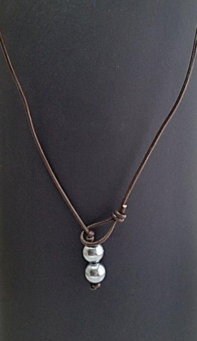 Collana girocollo cuoio e perle grigio argento