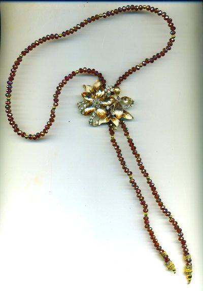 Set collana aperta con spilla a fiore in cristalli