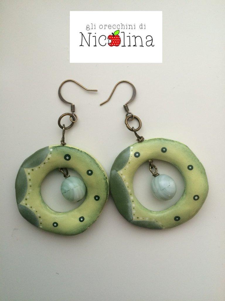 Orecchini cerchio verdi con perla in vetro